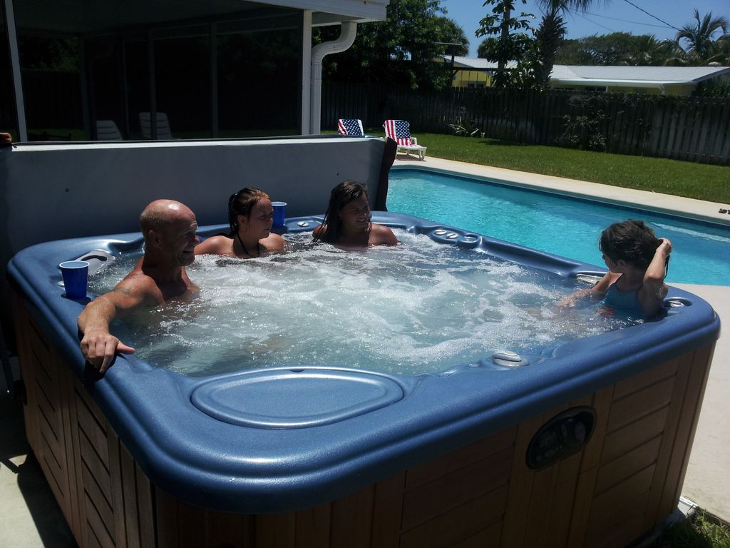 Pool hot tub and beach across the street indialantic for Florida hot tubs
