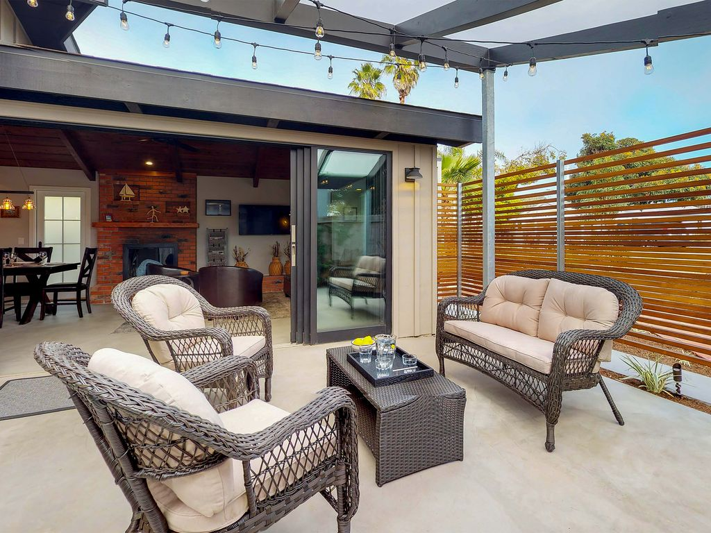 Luxurious House With Sunny Patios U0026 Great Location   Walk To The Beach!