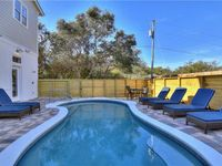 Beautifully decorated home very close to the beach, great restaurants, very comfortable beds .