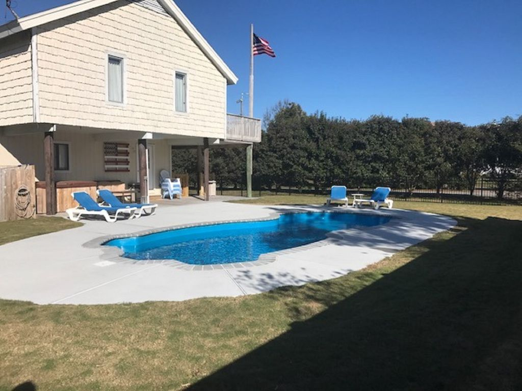 5 bedrooms,screened porch, pool, hot tub,and close to the beach ...