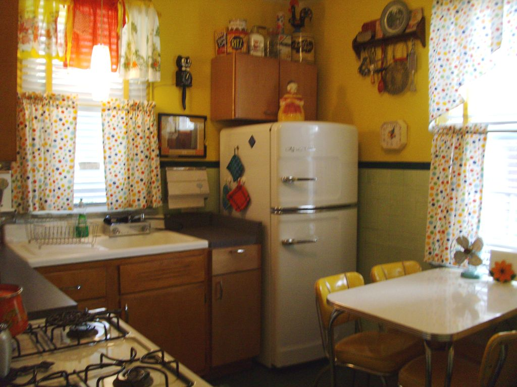 north belle vernon house rental the nifty 50s kitchen has a freshly percolated cup of - Retro 50s Home Design