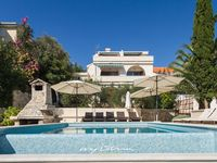 Beautiful villa with infinity pool located right on the sea - perfect location!