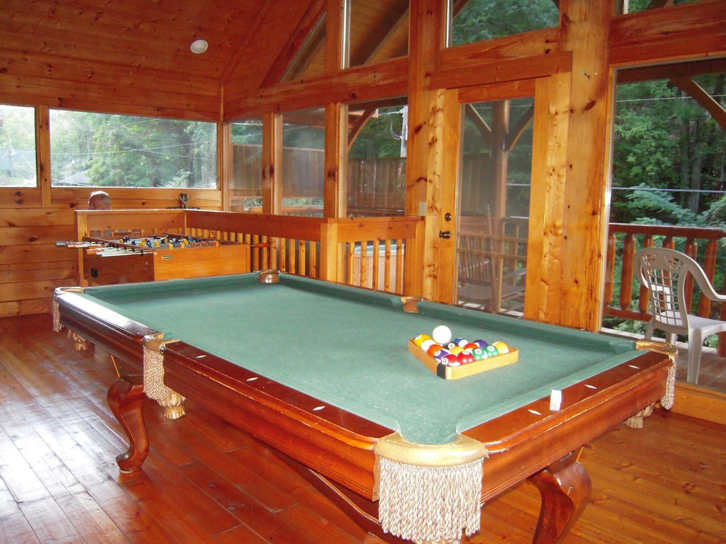 Luxury log cabin on year round creek with a VRBO
