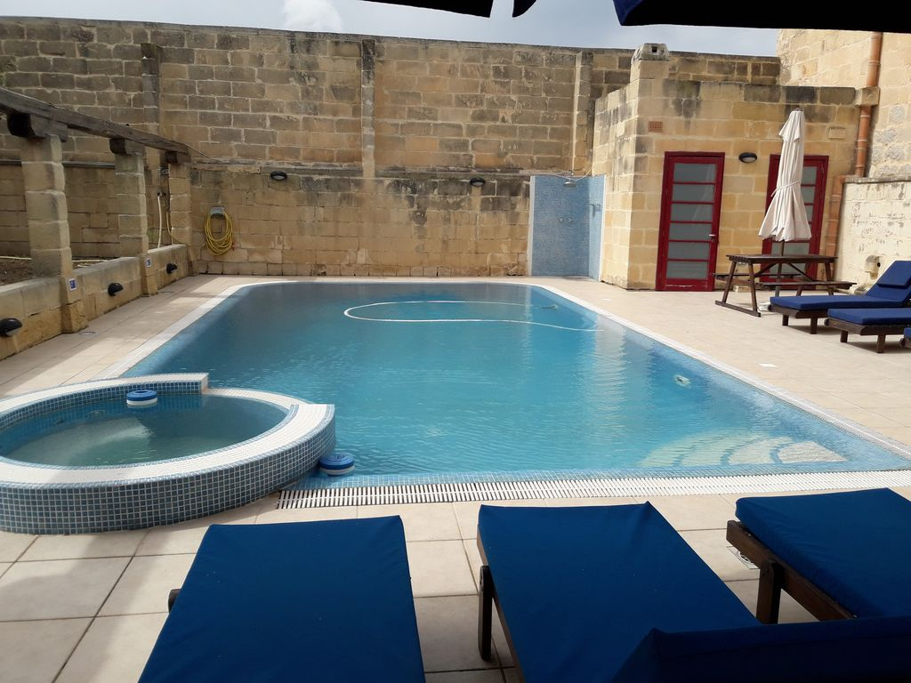 3 Bedroom Unique Farmhouse Large Outdoor Pool with Jacuzzi and Views ...