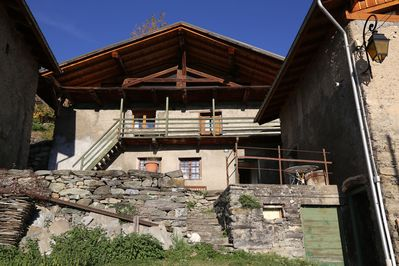 Front view of Chalet Ecosse from road