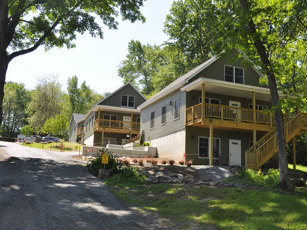 Lakefront vacation home on lake wallenpaupack tafton for Lake cabin rentals pennsylvania