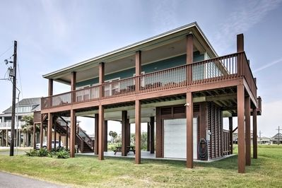 Escape to the beautiful Crystal Beach in this 3-bedroom, 2-bathroom Crystal Beach vacation rental house that comfortably sleeps 9!