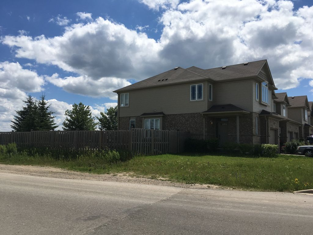 Newly Renovated 3 Bedroom House With Tub In Waterloo