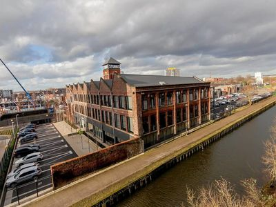 Photo for Lovely 2 Bed Canal Side Apartment