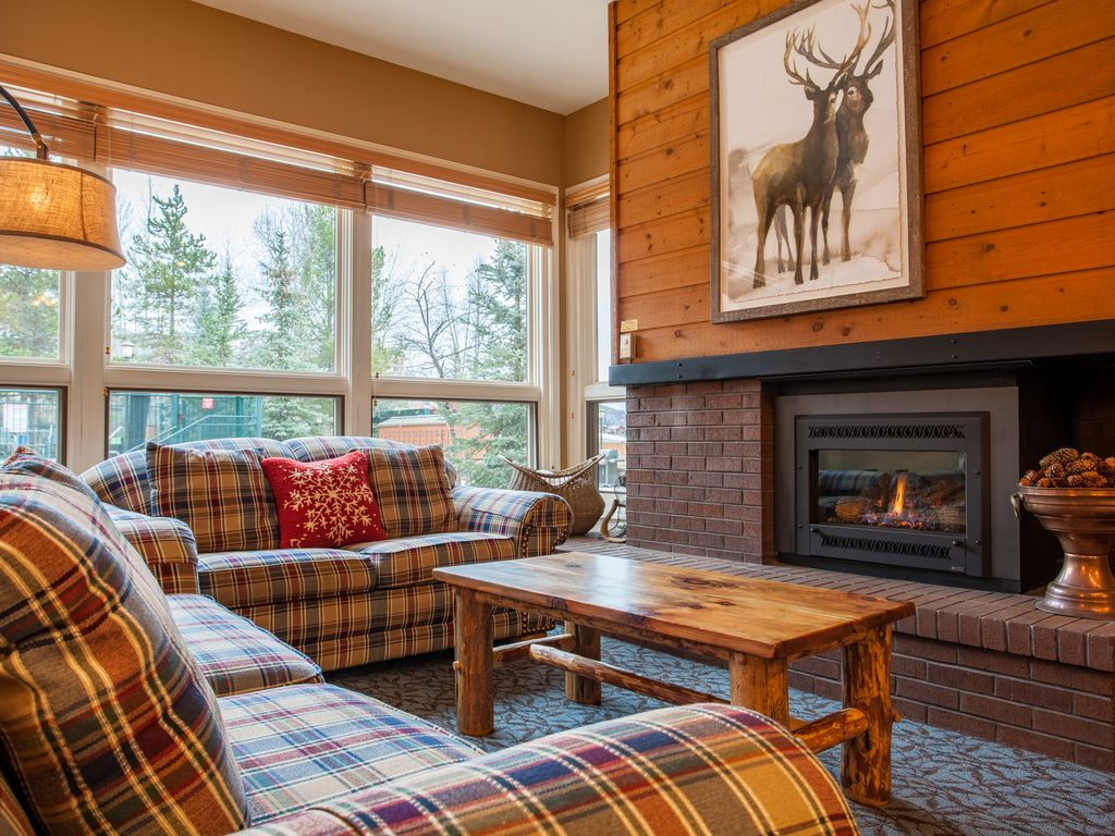 Lovely Home- Beautiful Views from Sun Deck. Close Proximity to Mountain Trails.