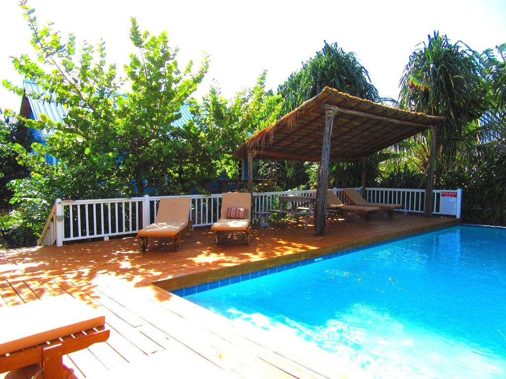 Swimming Pool Air Conditioning : New home with swimming pool and air conditioning caye
