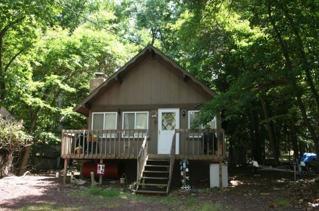 Charming chalet cabin lake harmony poconos pennsylvania for Lake cabin rentals pennsylvania
