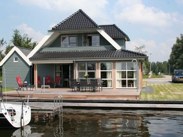 Luxury holiday villa for 8 - 10 people by Sneekermeer (lake), private jetty