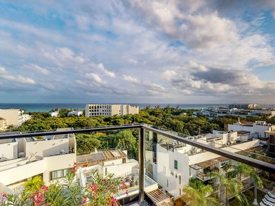 Photo for Luxury condo w/ shared rooftop pool & city views from balcony - walk to beach!