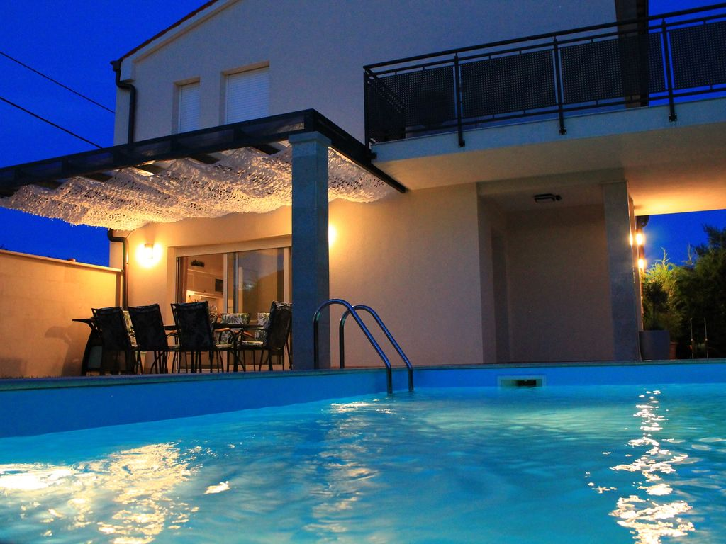 Villa divina with heated outdoor swimming pool banjole for Heated garden swimming pools