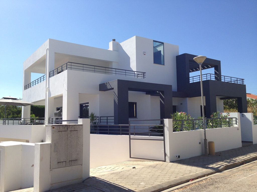 Modern villa sleeps 8 close to all amenities for Facade villa moderne