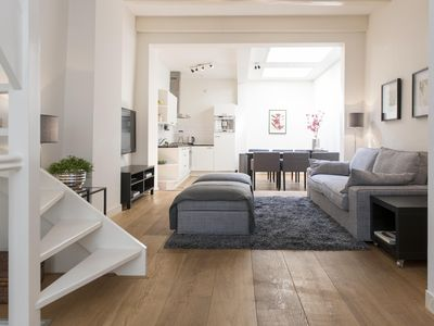 A modern and contemporary two bedroom apartment, for up to four people, located between the Singel a