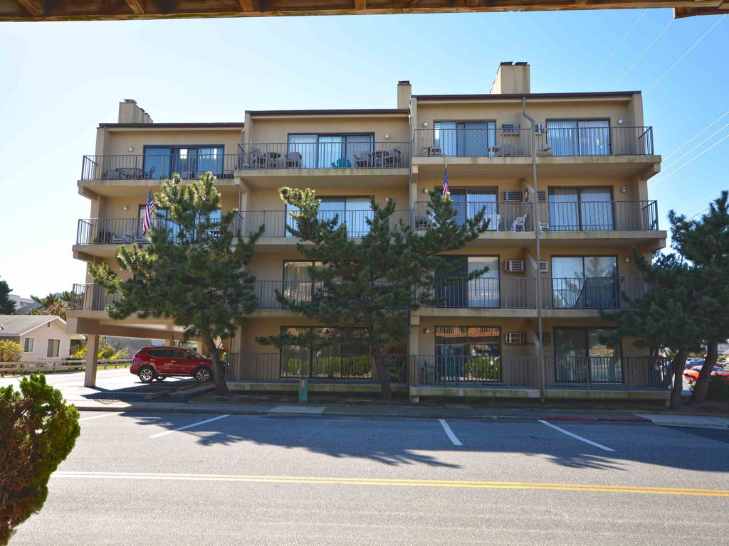 Fun, festive 1-bedroom condo with adorable beach decor, free WiFi, and a convenient midtown location just a block from the beach!