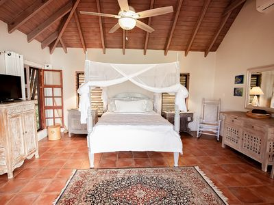 Peaceful and Serene Cottage, Located right on Galleon Beach, Part of Moondance