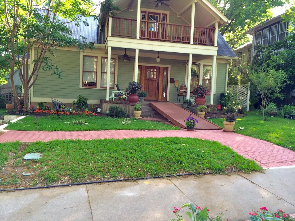 quaint backyard cottage summer special homeaway central austin