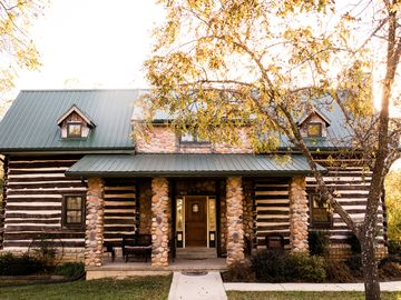 Beautiful secluded Log Home - Nestled in the country!
