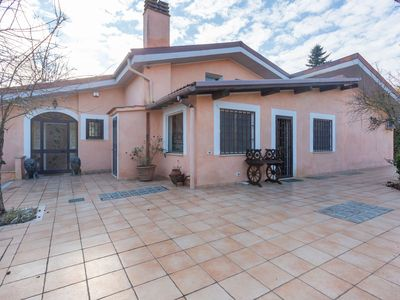Photo for Wonderful villa, 29 km from the center of Rome, with private swimming pool