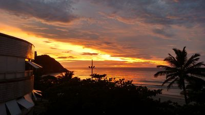 Photo for Foot in the sand Praia do Tombo c / Sea view + 2 beds w / air Cond and 1GAR + 2 bathrooms
