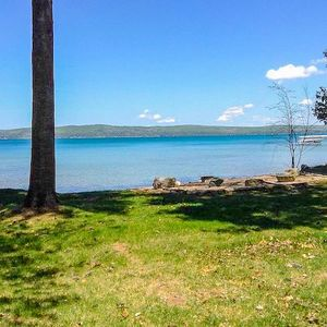 Crystal Lake Cozy, Quiet Cottage with large beachfront and lawn