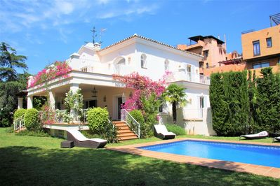Stunning villa with large gardens and swimming pool