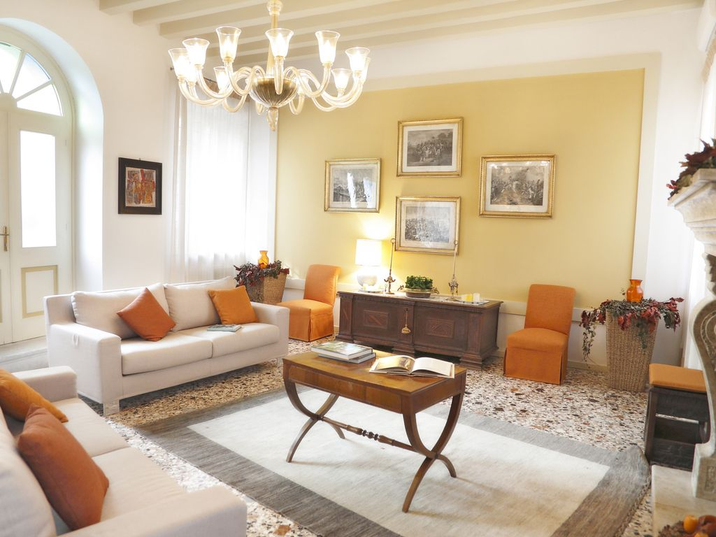 Elegant old mansion with all modern facilities between for Salotto moderno e antico