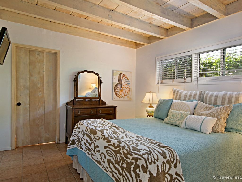 Beach cottage master bedroom - Master Bedroom W Private Full Bathroom Flat Screen Wall Mounted Tv Queen Bed