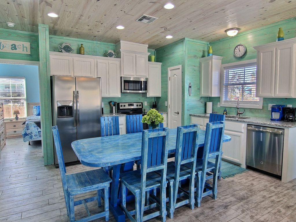 SUPER CUTE COTTAGE! NEW! in Town w/ pool. In the golf cart zone ...