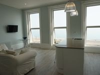 Great location, easy walk from train, clean and modern flat