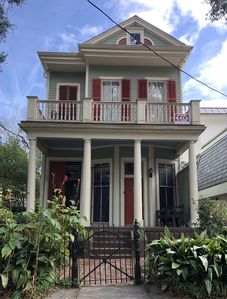 On Parade Route!  Steps to St. Charles & Mag, #1 Restaurants & Pubs