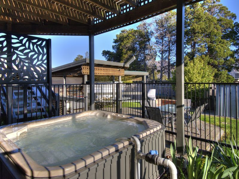 The Lookout ~ Large house with outdoor hot tub