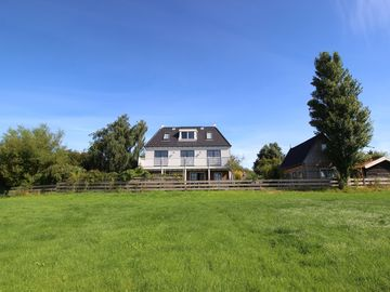 Villa with guesthouse 10 pers 10 min from Amsterdam, country & waterside, quiet