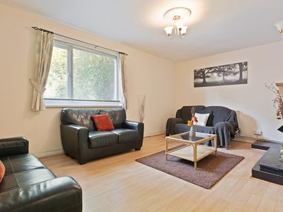 Photo for 3Bed Apt w/ Large Patio, 10mins to London Bridge