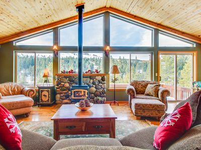 Photo for A gorgeous mountain view deck & access to a shared pool, hot tub, and gym!