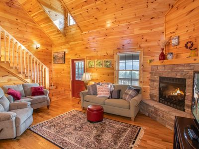 4BR Log Home, 180 Degree Mtn Views, Hot Tub, King Suite, Near Boone & Attractions