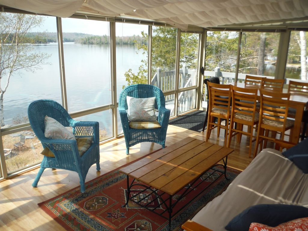 Spectacular maine cobbossee lakefront home with hot tub for Cabin rentals in maine with hot tub