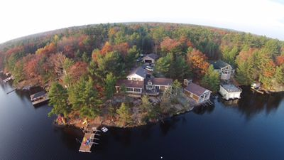 Muskoa Lake retreat, 4 bedrooms, 4 season with hot tub, fire pit, includes water toys