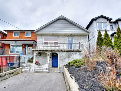 Photo for Luxury 3 Bedroom Home, 15 Mins to Downtown Toronto