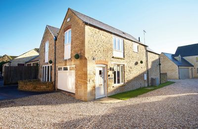 The Old Bakery with accommodation for 6 Guests is a converted, period beamed detached stone property that lies near the green in the village of Kingham. The village has two highly recommended pubs, The Kingham Plough and The Tollgate Inn