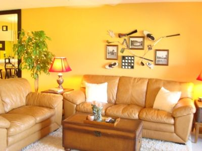 "Enjoy family room with flat screen 32"" TV and unique golf decor"