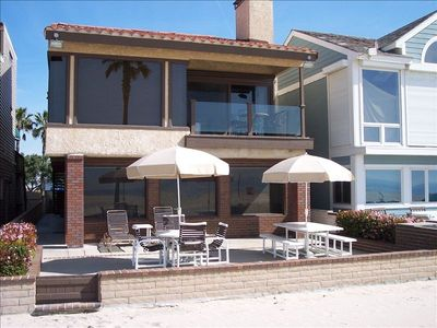 House on the beach. Tables/chairs/lounges/umbrellas/bbq. Perfect patio to enjoy