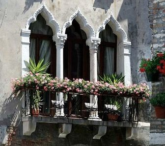 Photo for Miracoli:Picturesque Venice canal views from 15 th Century Balcony