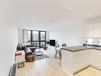 Photo for Bright & Modern 2 Bed Apt, w/Balcony in Islington