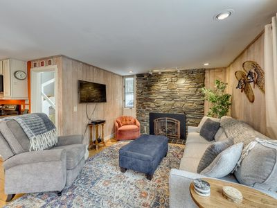 Gorgeous house with mountain views & large yard - close to skiing & more!