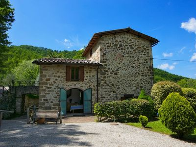 Photo for Holiday house with pool, large garden, overlooking lake, near Tuscany
