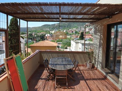 Photo for Cozy sunny house 3 bedroom, terrace & panoramic views, near Park Güell